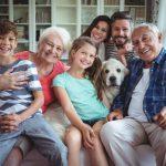 portrait-famille-heureuse-assis-canape-dans-salon_107420-39271