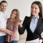 transaction-immobiliere-femme-souriant-agent-immobilier-montrant-cles-appartement_1163-4193